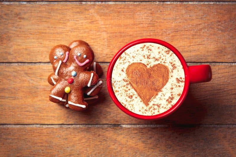 Человек пряника и чашка капучино стоковая фотография rf