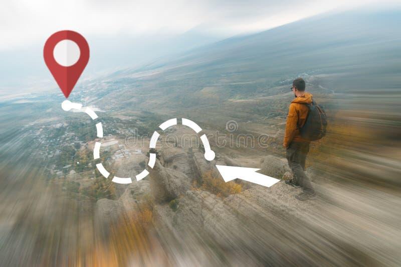Человек путешественника идя для того чтобы направить со штырем GPS положения стоковые изображения