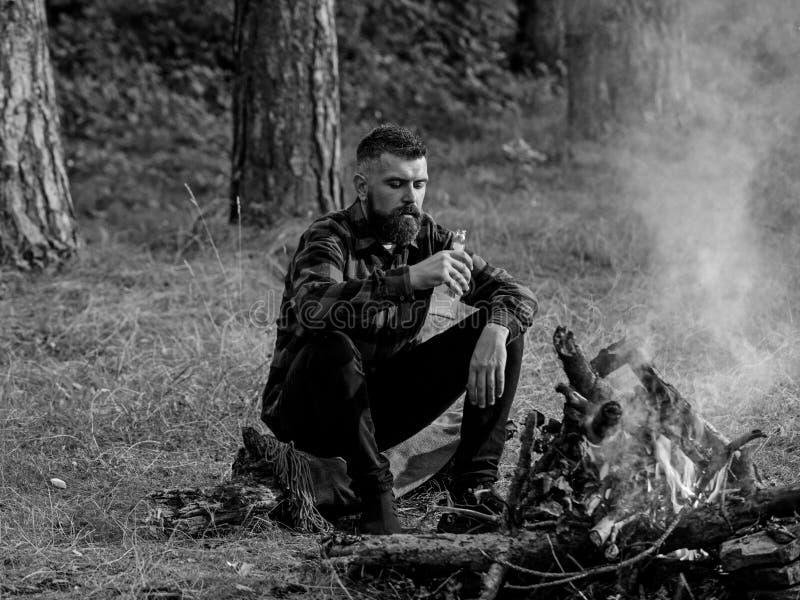Человек путешествуя располагаться лагерем в природе Красивое мачо с пивом стоковое изображение rf