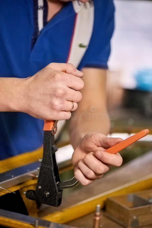 Человек работает с оружием заклепки шипучки стоковое фото