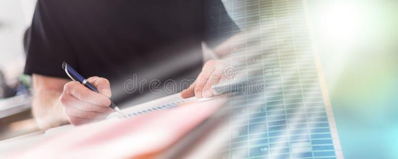 Человек работая в офисе, трудном световом эффекте; множественная выдержка стоковая фотография