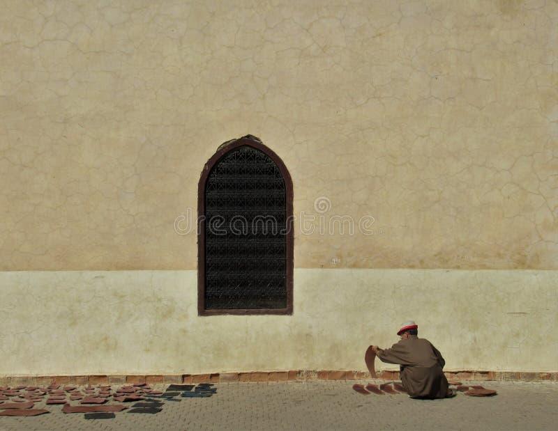 Человек работая с кожей в Marrakesh стоковое фото