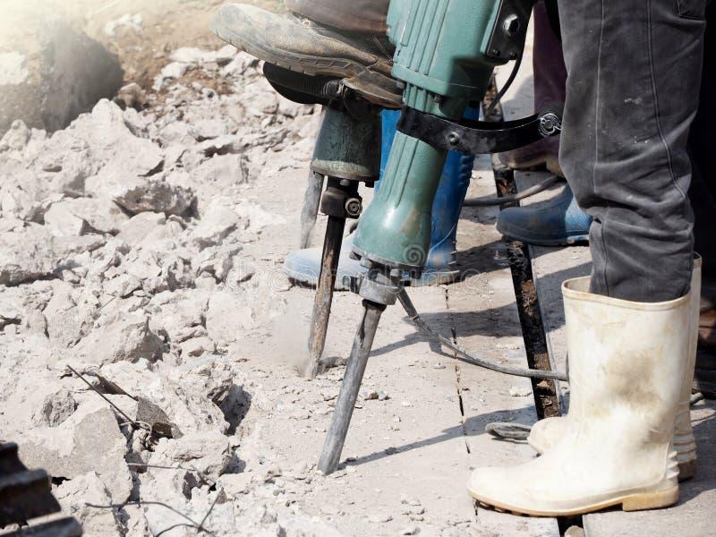 Человек работника сверля внутри бетон стоковые фотографии rf