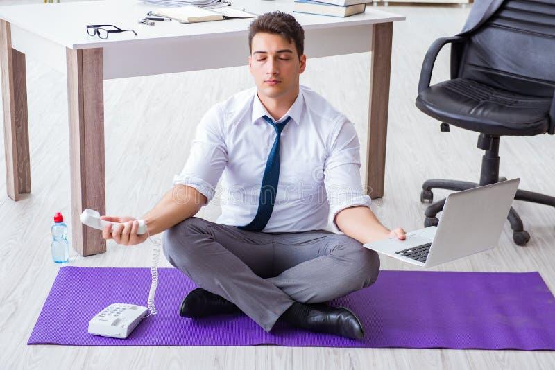 Человек размышляя в офисе для того чтобы справиться с стрессом стоковые изображения rf