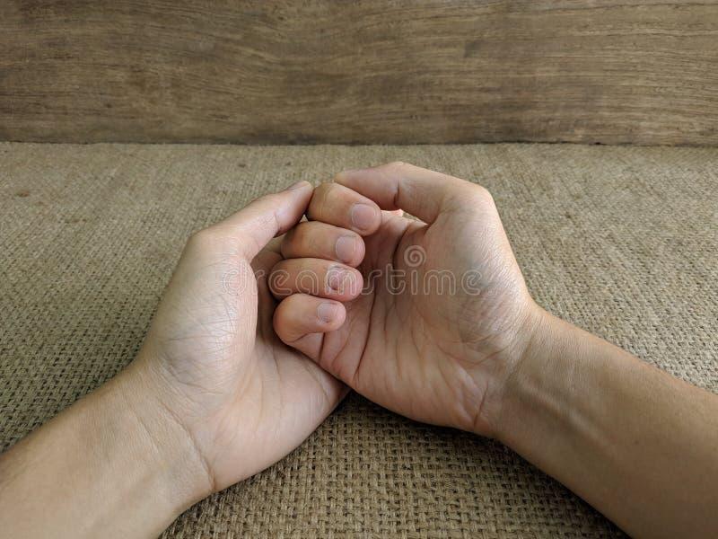 Человек ранил его руку стоковая фотография rf