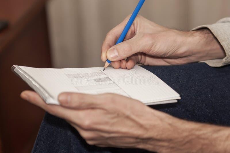Человек рисуя диаграмму на бумаге стоковое фото rf