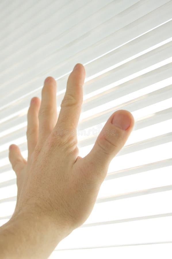 человек руки касатьется окну стоковые фото