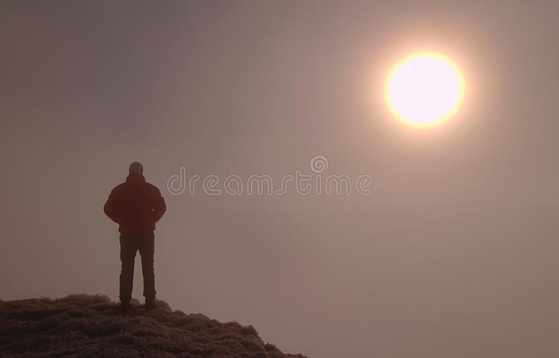 Человек самостоятельно на саммите Человек наслаждается стоять над шумным миром стоковая фотография