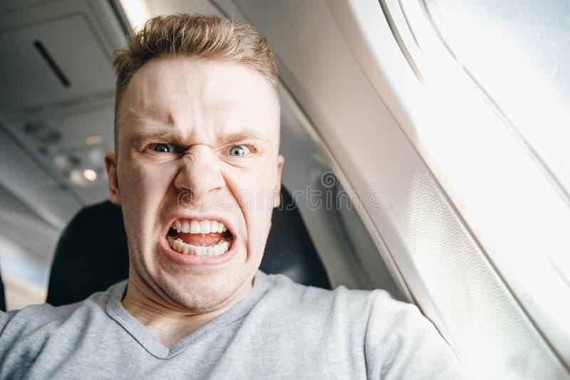 Человек сердит в плоскости перед отклонением Задержка воздушных судн концепции стоковое фото
