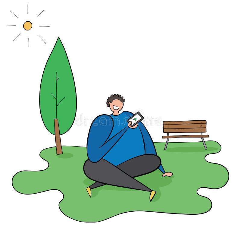 Человек сидит на траве в парке, погода солнечна, он имеет мобильный телефон в его руке и наблюдая видео бесплатная иллюстрация