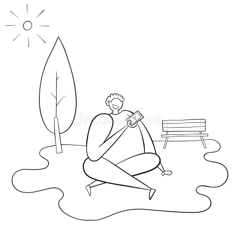 Человек сидит на траве в парке, погода солнечна, он имеет мобильный телефон в его руке и наблюдая видео иллюстрация штока