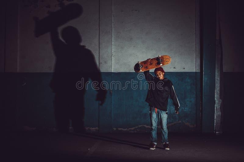 Человек скача со скейтбордом, конькобежец стоковые изображения rf