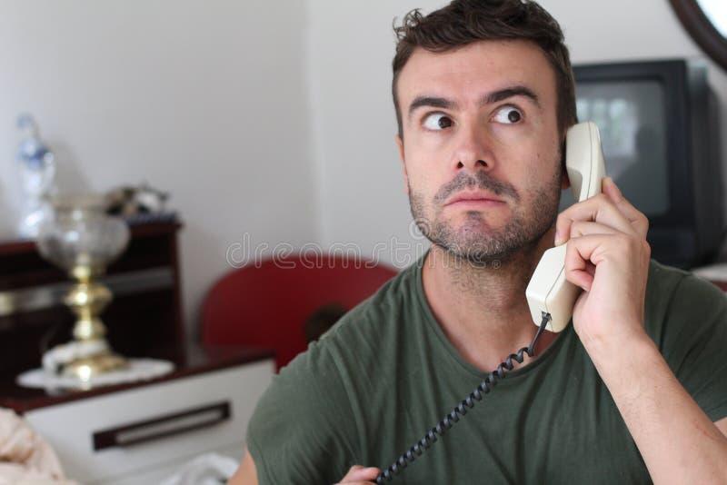 Человек слушая для того чтобы злословить с вниманием стоковое изображение rf