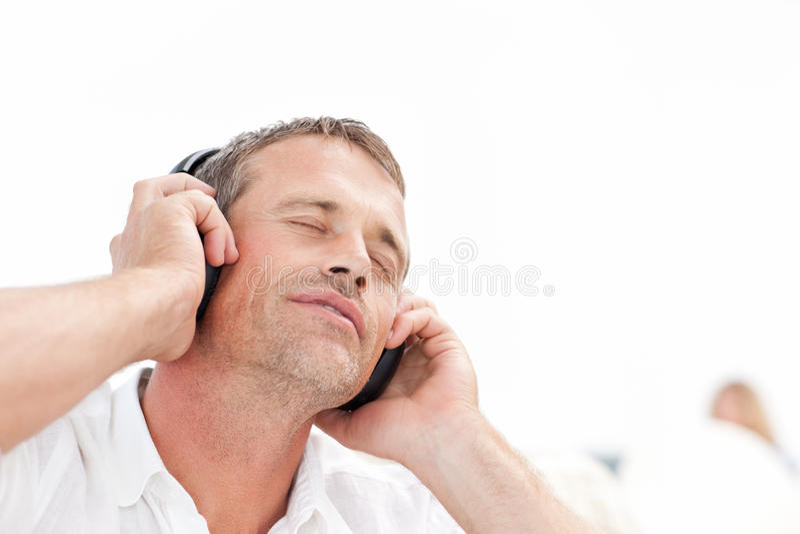 Человек слушая к некоторому нот стоковое фото rf
