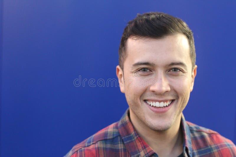 Человек смешанной гонки с усмехаться голубых глазов стоковое изображение rf