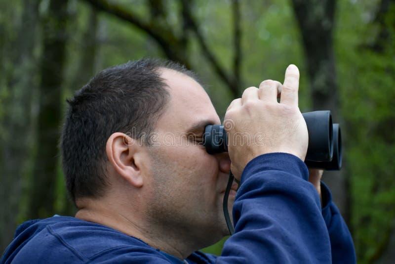 Человек, смотрящий сквозь бинокль - Вид достопримечательностей стоковые изображения rf