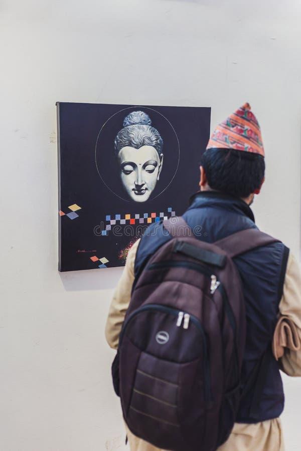 Человек смотря картину в художественной галерее стоковые изображения