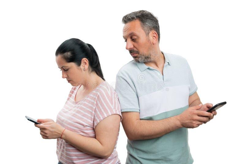 Человек смотря телефон женщины стоковая фотография rf