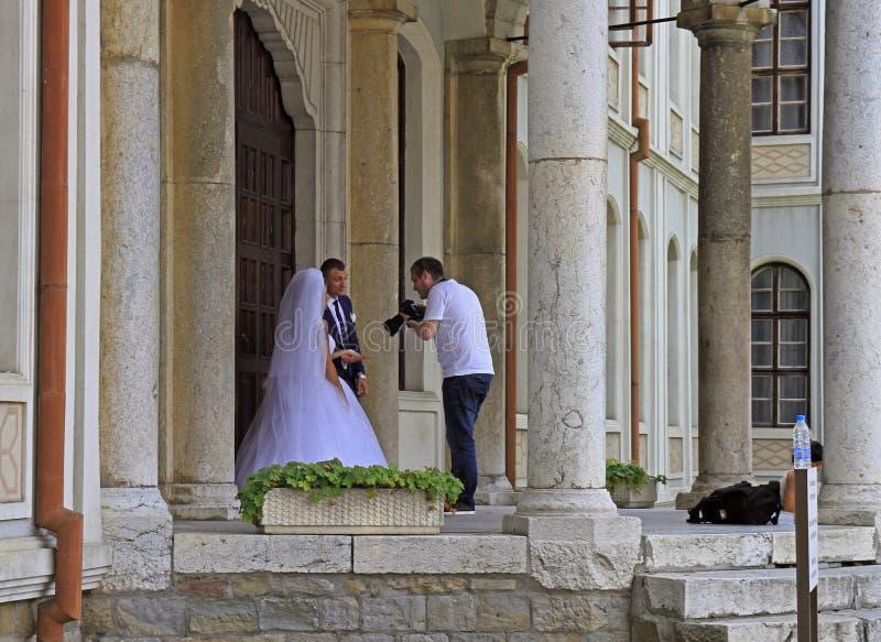 Человек снимает wedding outdoors в Veliko Tarnovo стоковые изображения rf
