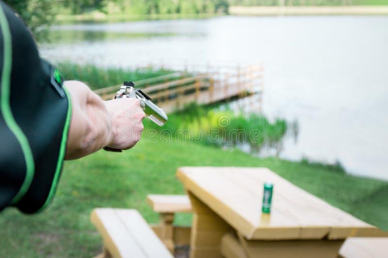 Человек снимая зеленую бутылку E тренировка самозащитой стоковые изображения rf