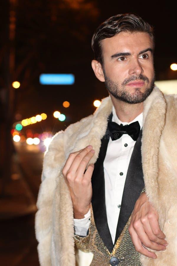 Человек сноба в sparkly золотом смокинге стоковые изображения