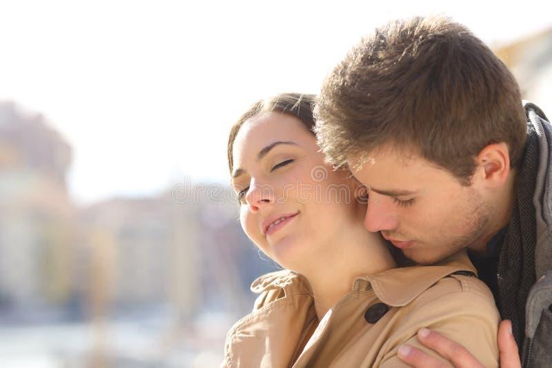 Человек сокращая и flirting в улице стоковое изображение rf