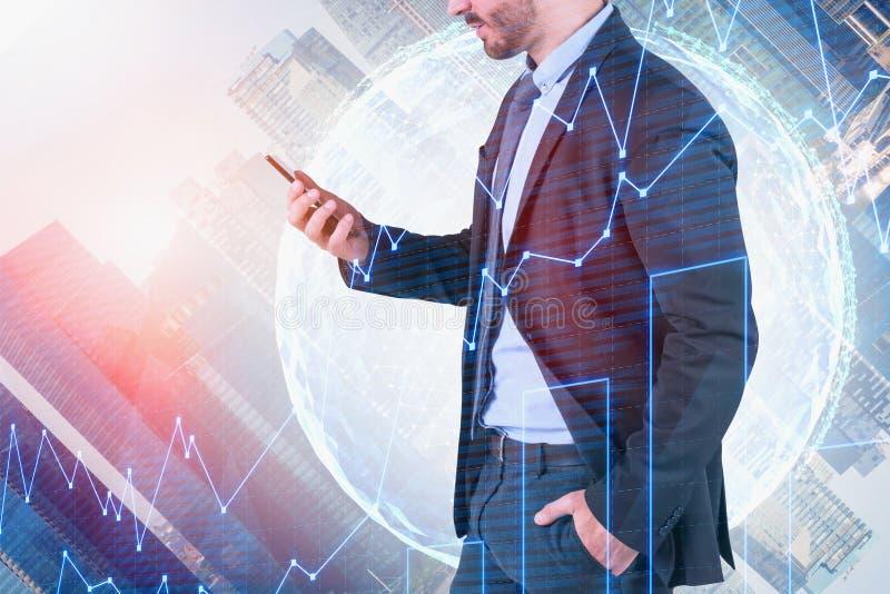 Человек со смартфоном, глобальной торгуя концепцией стоковые изображения rf