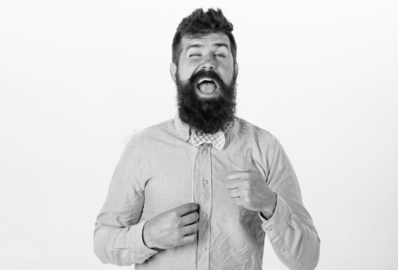 Человек со стильной бородой и усик делая смешную сторону Бородатый человек со счастливой стороной держа красное bowtie бумаги, па стоковые фотографии rf