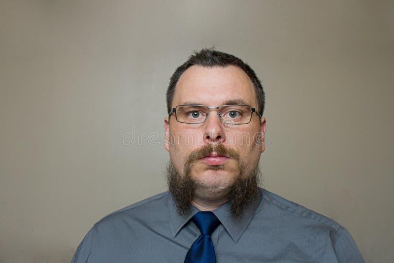Человек со странной бородой на лице стоковое изображение rf