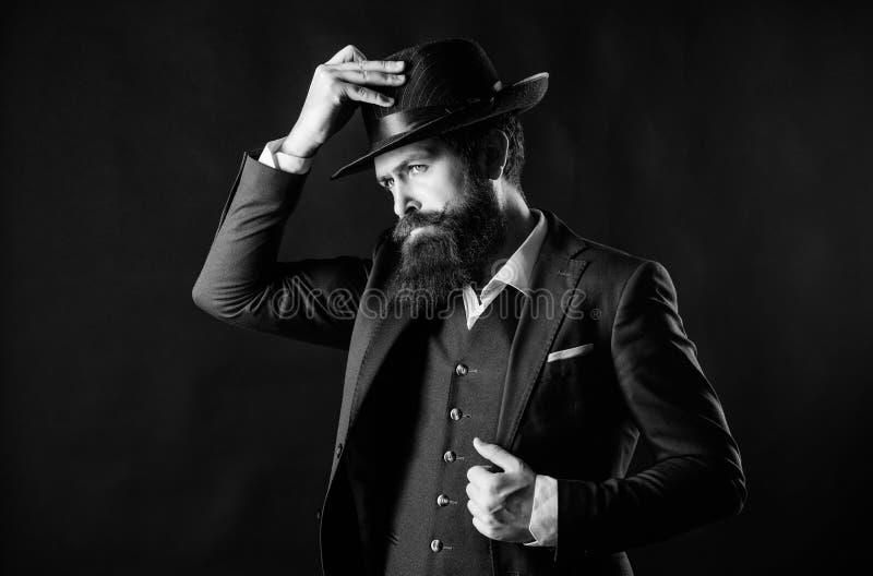 Человек со шляпой Человек хорошо выхолил бородатого джентльмена на темной предпосылке Мужская мода и мужская одежда Ретро шляпа м стоковое фото rf