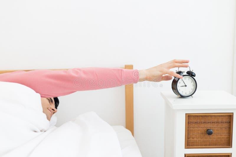 Человек спать в бодрствовании кровати предыдущем вверх не получая, что достаточно спать стоковое фото