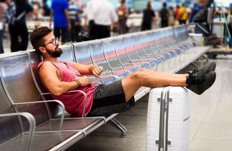 Человек спать пока ждущ на вокзале стоковая фотография rf