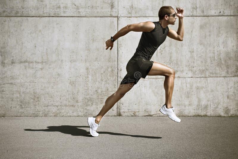 Человек спорта начиная бежать стоковые изображения