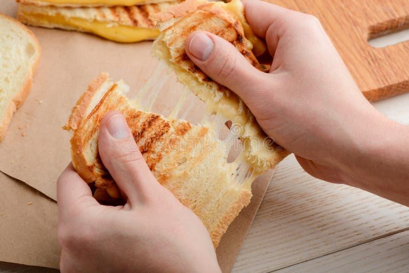 Человек срывая сэндвич стоковое изображение rf