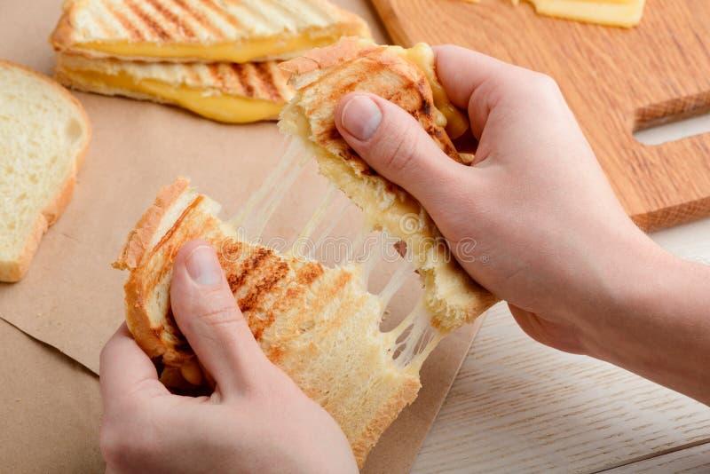Человек срывая сэндвич стоковая фотография rf