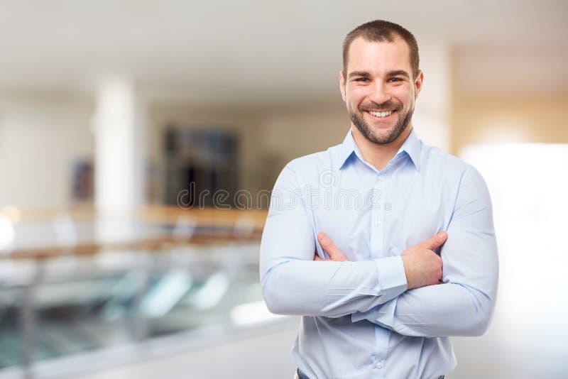 Человек стоит в деловом центре с пересеченными оружиями стоковые изображения rf