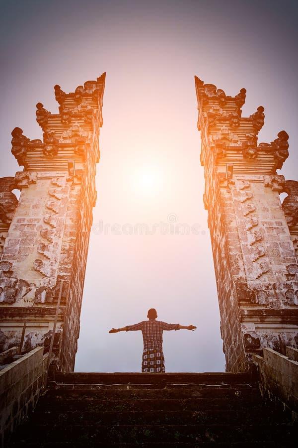 Человек стоит в стробе виска Lempuyang на isalnd Бали стоковая фотография rf