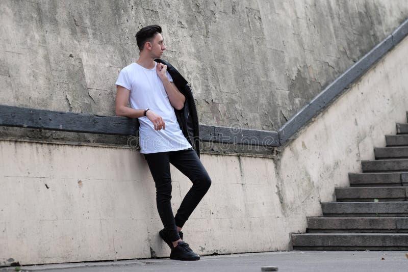 Человек стоя около стены стоковые изображения