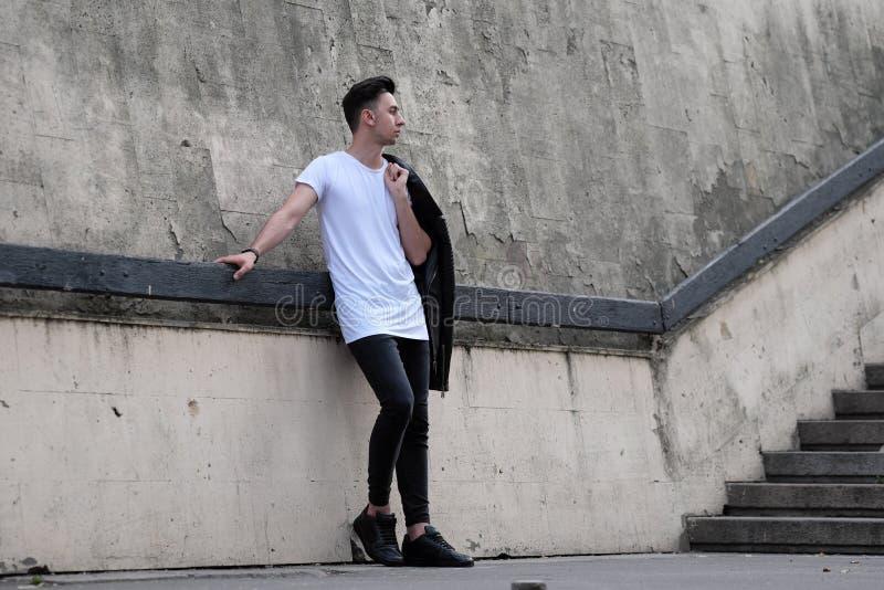Человек стоя около стены стоковые изображения rf