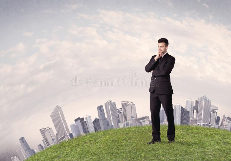 Человек стоя перед ландшафтом города стоковое фото rf