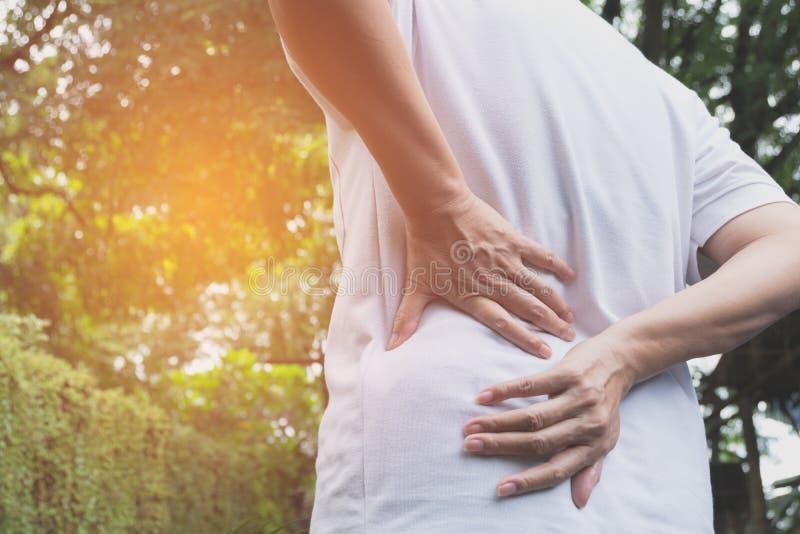 Человек страдая от backache, повреждение позвоночника и мышца выдают стоковая фотография