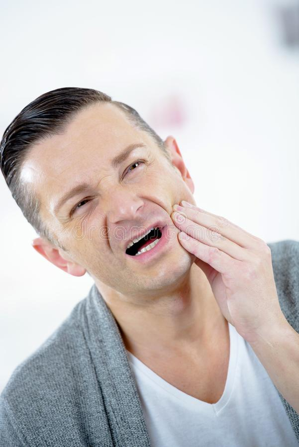 Человек страдая от toothache стоковое фото rf
