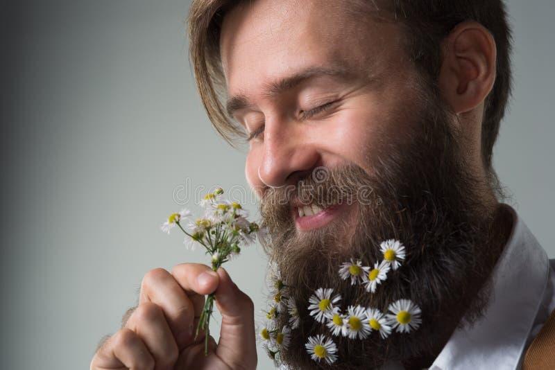 Человек с бородой в белых рубашке и подтяжках стоковые фото