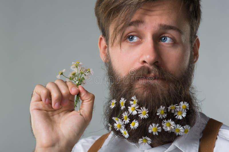 Человек с бородой в белых рубашке и подтяжках стоковые изображения rf