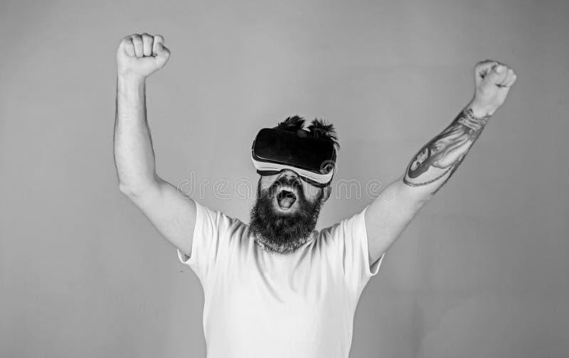 Человек с бородой в стеклах VR, зеленой предпосылкой Битник на крича повышении стороны вручает мощно пока взаимодействующий внутр стоковые изображения rf