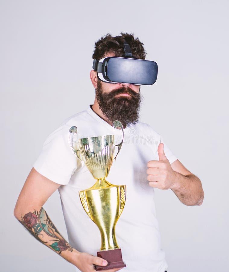 Человек с бородой в стеклах VR, серой предпосылкой Битник на серьезной виртуальной реальности пользы стороны для достижений Гай с стоковые изображения