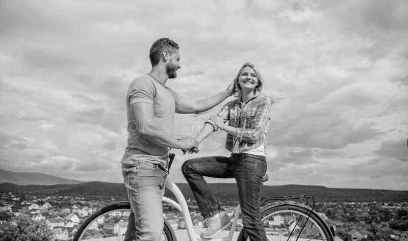 Человек с бородой и застенчивая белокурая девушка на первой дате Пары как раз встречают для того чтобы повиснуть вне совместно Же стоковая фотография