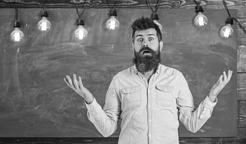 Человек с бородой и усик на смущенной стойке стороны перед доской Концепция затруднений Гай сбивал с толку с стоковые фотографии rf