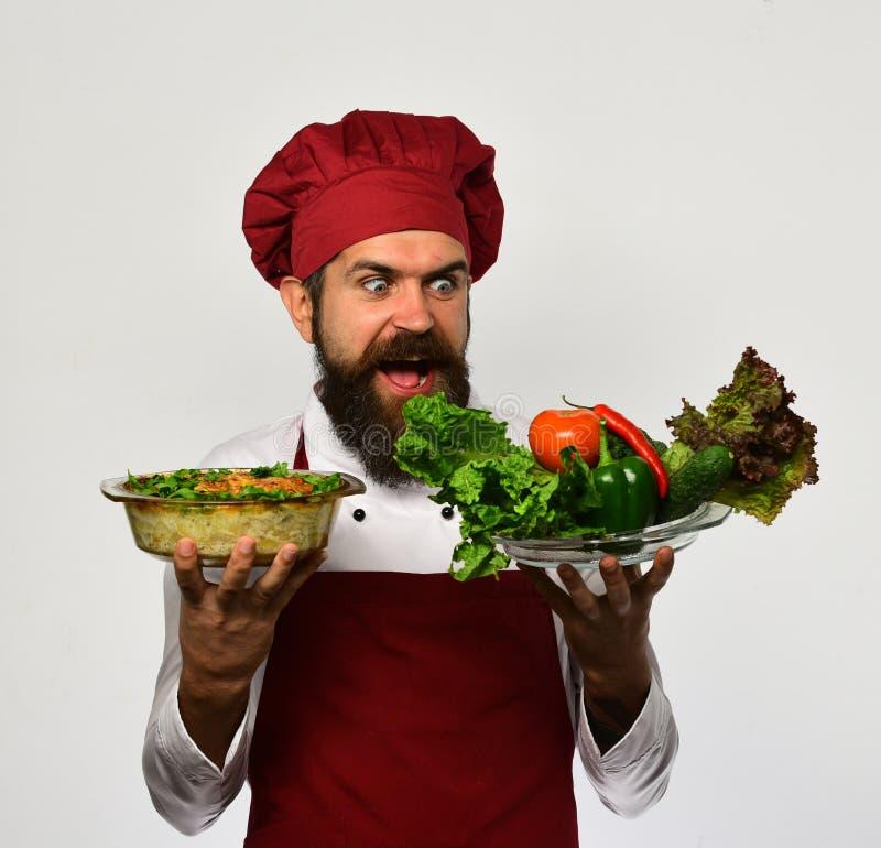 Человек с бородой на белой предпосылке Кашевар с голодной стороной стоковое фото