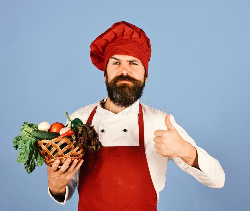 Человек с бородой на голубой предпосылке Кашевар с уверенно стороной стоковое изображение
